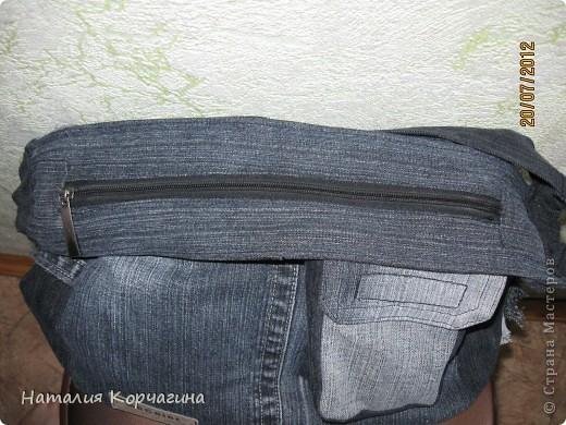 Решила избавиться от залежей старых джинсов, своих и мужа- какие разонравились, какие малы, какие потёрты...и вот -сваяла себе такую сумочку на лето...4 кармана снаружи, 2 внутри, объёмная 33*30*14- влезает почти целая корзина покупок...очень удобная, даже не ожидала от себя такого! фото 5