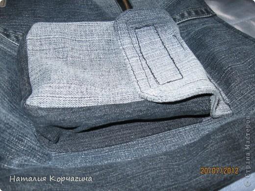 Решила избавиться от залежей старых джинсов, своих и мужа- какие разонравились, какие малы, какие потёрты...и вот -сваяла себе такую сумочку на лето...4 кармана снаружи, 2 внутри, объёмная 33*30*14- влезает почти целая корзина покупок...очень удобная, даже не ожидала от себя такого! фото 6