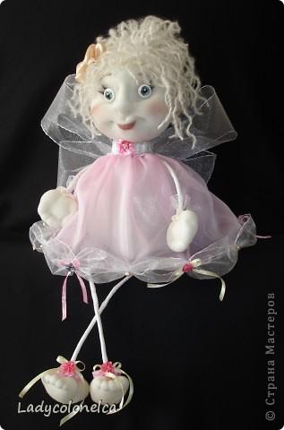 Маленькая Феечка - куколка бескаркасная, хорошо сидит без фиксации, можно использовать, как подвес. Для этого предусмотрена ленточка. Одежда не снимается, волосы можно аккуратно расчесывать и по разному укладывать. Очень легкая. Размер около 50 см. фото 1