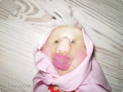 Эту куклу я делала самостоятельно. Из ниток, ткани, бутылки и самое главное из чулка. фото 2