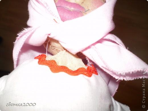 Эту куклу я делала самостоятельно. Из ниток, ткани, бутылки и самое главное из чулка. фото 4