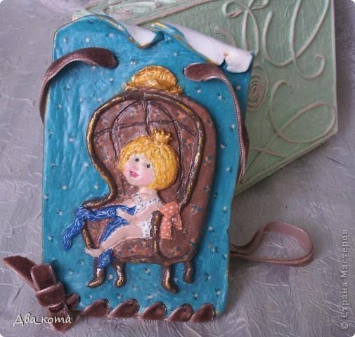 """У одной прекрасной девушки  на днях был День рождения. Она большая поклонница художницы Евгении Гапчинской. Не имея возможности одарить ее картиной, я позволила себе сделать из итальянской самозатвердевающий глины небольшое панно по мотивам одной из  картин  Гапчинской -  """"Некоторые девочки рождаются сразу принцессами"""". Оригинал здесь: http://photo.i.ua/user/2497116/157580/3846506/.   Это моя первая работа из глины. Глину нашла случайно, во время очередной уборки на книжных полках в детской комнате. Вспомнила, что лет 5-6 назад покупала вместе с контурами, пыталась приобщить дитя к творчеству. Дитя к глине не приобщилось; максимум, что вышло - сделали дом из гипсовых кирпичей. Контуры потом отдала кому-то, а глина осталась.   Глина фирмы DAS, Италия. Срок годности давно истек, но на качестве и свойствах глины это никак не отразилось.  Короче, раскатала глину, примерилась к оригиналу изображения, слепила, высушила, загрунтовала, разрисовала гуашью и акрилом. Покрыла лаком. Вставила в отверстия шоколадную бархатную ленту. фото 1"""