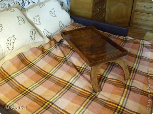 Соорудила себе столик, сама выпиливала лобзиком из фанеры(толщина 8мм) на столешнице декупаж, красила морилкой и покрывала лаком фото 2