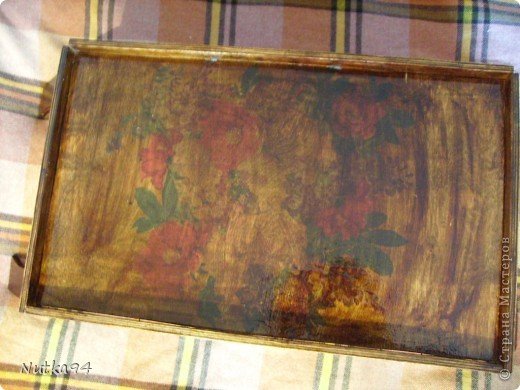 Соорудила себе столик, сама выпиливала лобзиком из фанеры(толщина 8мм) на столешнице декупаж, красила морилкой и покрывала лаком фото 3