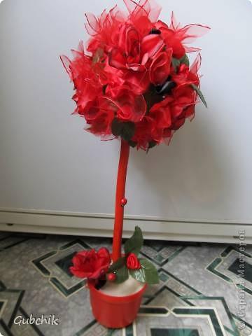 Вот такой он у меня получился)) Искуственные красные цветы затонировала слегка черной акриловой краской: думаю так он выглядит эффектнее) добавила цветочки из лент (красные и совсем немного черных) и фунтики из органзы.  Моя гордость!! фото 1