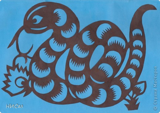 2013 год - год черной водяной змеи, т.е. для этого года основная стихия будет вода, цвет – черный. Планета которая будет руководить нами – Меркурий. Брала сразу два листа, один с распечатанным рисунком, второй чистый, соединяла степлером, вырезала, закрашивала маркером так, чтобы получались зми, смотрящие в разные стороны. фото 6