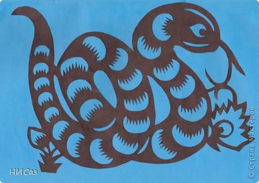 2013 год - год черной водяной змеи, т.е. для этого года основная стихия будет вода, цвет – черный. Планета которая будет руководить нами – Меркурий. Брала сразу два листа, один с распечатанным рисунком, второй чистый, соединяла степлером, вырезала, закрашивала маркером так, чтобы получались зми, смотрящие в разные стороны. фото 5