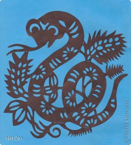 2013 год - год черной водяной змеи, т.е. для этого года основная стихия будет вода, цвет – черный. Планета которая будет руководить нами – Меркурий. Брала сразу два листа, один с распечатанным рисунком, второй чистый, соединяла степлером, вырезала, закрашивала маркером так, чтобы получались зми, смотрящие в разные стороны. фото 2