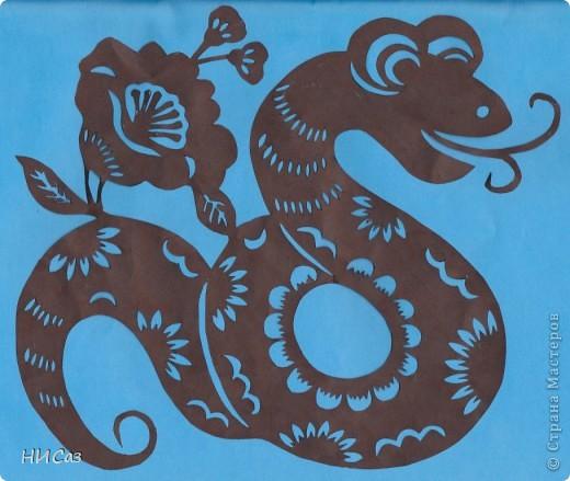 2013 год - год черной водяной змеи, т.е. для этого года основная стихия будет вода, цвет – черный. Планета которая будет руководить нами – Меркурий. Брала сразу два листа, один с распечатанным рисунком, второй чистый, соединяла степлером, вырезала, закрашивала маркером так, чтобы получались зми, смотрящие в разные стороны. фото 3