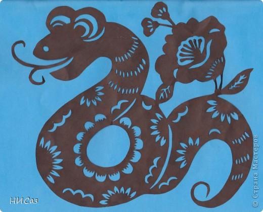 2013 год - год черной водяной змеи, т.е. для этого года основная стихия будет вода, цвет – черный. Планета которая будет руководить нами – Меркурий. Брала сразу два листа, один с распечатанным рисунком, второй чистый, соединяла степлером, вырезала, закрашивала маркером так, чтобы получались зми, смотрящие в разные стороны. фото 4