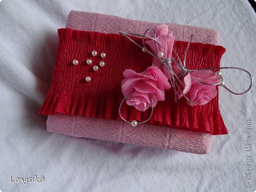 Подарок на свадьбу куплен, в обычной коробочке. а так хочется чтобы глядя на него глаза загорелись у молодоженов с интересом- а что же там внутри? налюбовавшись на работы в стиле свит-дизайн, решила оформить упаковочку именно так. фото 9