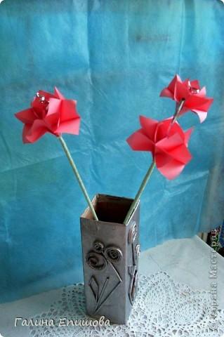 Вот такие красивые фантазийные цветы может сделать любой начинающий. Цветок простой до безумия и собирается за 3 мин из квадратного листочка бумаги. А в результате такие фантазийные цветы можно использовать для украшения интерьера, а можно преподнести букетик в подарок. фото 1