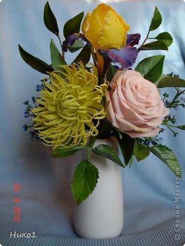 Хочу показать еще один букетик из ленточной хризантемы, ириса, анемона, розы и незабудок.  фото 1