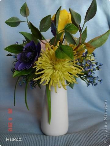 Хочу показать еще один букетик из ленточной хризантемы, ириса, анемона, розы и незабудок.  фото 2