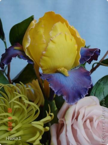 Хочу показать еще один букетик из ленточной хризантемы, ириса, анемона, розы и незабудок.  фото 4