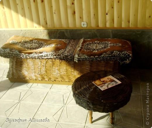 Доброго всем дня!) После создания плетенного столика, решила сплести еще что-нибудь, чтобы он не смотрелся одиноко. В результате получился ни то диван, ни то тапчан.  фото 3