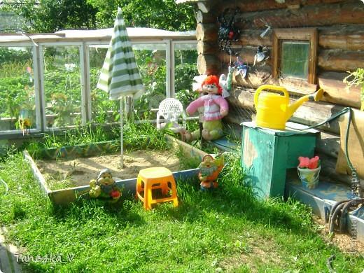 Вот такая добрая Баба Яга по имени Марфа приветствует Вас в нашем саду! В создании этой прекрасной барышни лично я, к сожалению, не участвовала :) Сделала ее моя мама, а моя бабушка была замечена в создании аксессуаров для Марфуши :)  фото 5