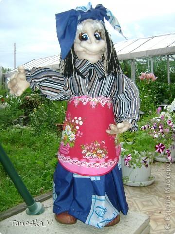 Вот такая добрая Баба Яга по имени Марфа приветствует Вас в нашем саду! В создании этой прекрасной барышни лично я, к сожалению, не участвовала :) Сделала ее моя мама, а моя бабушка была замечена в создании аксессуаров для Марфуши :)  фото 2
