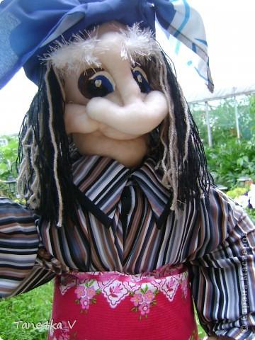 Вот такая добрая Баба Яга по имени Марфа приветствует Вас в нашем саду! В создании этой прекрасной барышни лично я, к сожалению, не участвовала :) Сделала ее моя мама, а моя бабушка была замечена в создании аксессуаров для Марфуши :)  фото 3