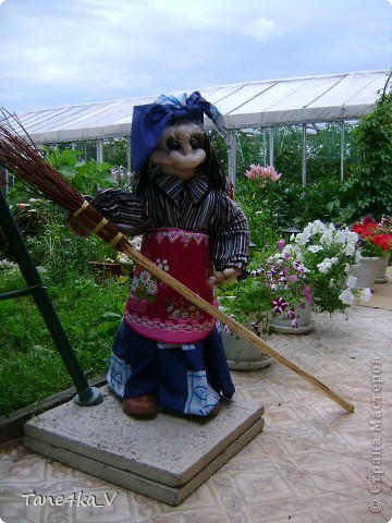 Вот такая добрая Баба Яга по имени Марфа приветствует Вас в нашем саду! В создании этой прекрасной барышни лично я, к сожалению, не участвовала :) Сделала ее моя мама, а моя бабушка была замечена в создании аксессуаров для Марфуши :)  фото 1