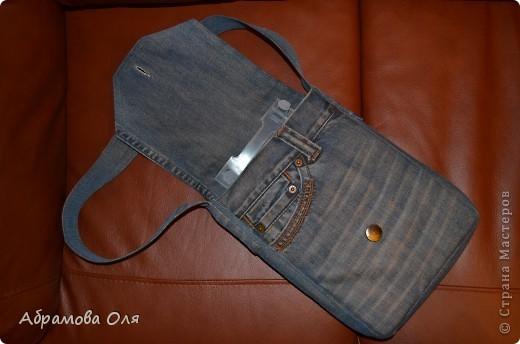 На день рождения сыну подарили DVD плеер. Думали из чего сделать сумку для хранения. И пришла идея...... использовать старые джинсы. Внутри джинсовая подкладка и два кармана: один накладной для дисков, второй на молнии для флешек. Для жесткости сумки, прокладку сделали из гимнастического коврика (он хорошо держит форму и защищает плеер от падений).  Вид спереди. фото 3