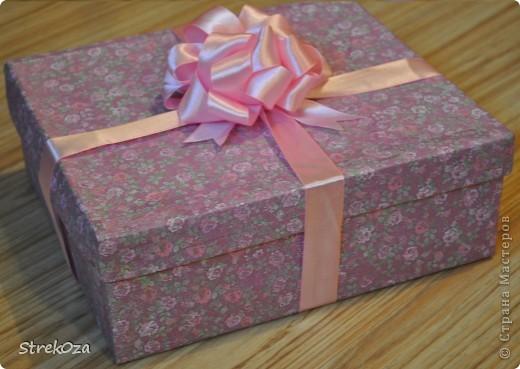 Это подарочная коробка. Не люблю дарить подарки просто так... всегда стараюсь красиво упаковать. А когда под рукой нет упаковочной бумаги - в ход идет обыкновенная... в офисная =) распечатала принт и обклеила ей коробку =) фото 2