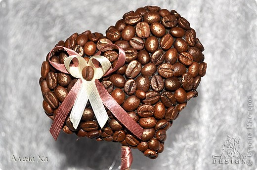 """Добрый вечер, Страна!  Хочу показать свои первые вымученные топиарии. Делала в подарок двум любительницам кофе. Особенно намучилась с приклеиванием зерен, не везде плотно легли. Но именинницам подарки понравились и я довольна )))  Первый назвала """"Кофе. С любовью."""" фото 3"""