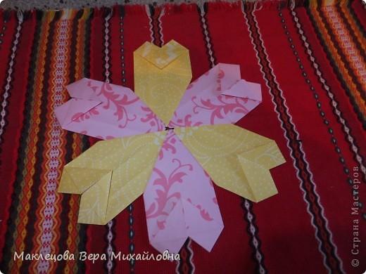 Цветок с лепестками - сердечками - прекрасное украшение для самодеятельной поздравительной открытки, которую дарят очень близкому человеку фото 1