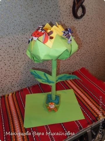 Цветок с лепестками - сердечками - прекрасное украшение для самодеятельной поздравительной открытки, которую дарят очень близкому человеку фото 7