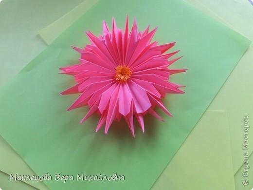 Цветок с лепестками - сердечками - прекрасное украшение для самодеятельной поздравительной открытки, которую дарят очень близкому человеку фото 19