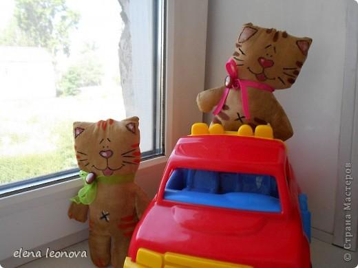 Это мы все вместе-бравых котиков отряд!  Мой первый опыт пошива кофейных игрушек, надеюсь удачный. Спасибо за вдохновение Захарии, впервые я увидела чудо-игрушечки у нее! Котики сделаны по мастер-классу Somic, найденном в интернете.  Котики, конечно же, все уйдут в подарок, кроме Василия, его я делала первым, он был немножко сбоку пригоревшим, но я все исправила и гадкий утенок стал прекрасным лебедем. фото 2