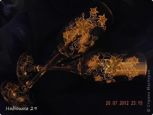 Эти бокальчики просто расписаны контурами,а цветы заполнены хрустальной пастой с добавлением глиттера. фото 2