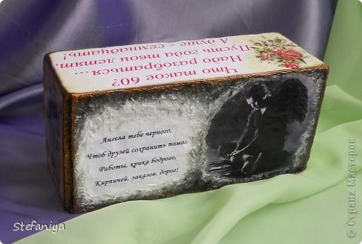 Выполнила необычный заказ. Мужчине-водителю - 60 лет, юбилей, считает, что его оберегает черный ангел. Дама, которая его поздравляла, предпочла открытку с приколом. в качестве открытки выступил кирпич итальянский обыкновенный. требовалось превратить эту красоту во что-то более приемлемое для поздравления. стихи принесла заказчица, кирпич - открытка с  пожеланиями многочисленных заказов на перевозку. вот итог работы фото 5