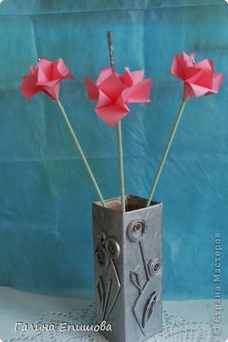 Вот такие красивые фантазийные цветы может сделать любой начинающий. Цветок простой до безумия и собирается за 3 мин из квадратного листочка бумаги. А в результате такие фантазийные цветы можно использовать для украшения интерьера, а можно преподнести букетик в подарок. фото 8