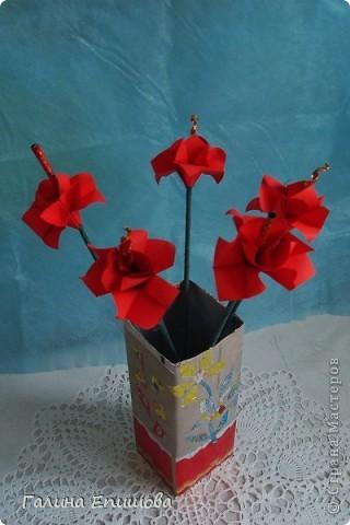 Вот такие красивые фантазийные цветы может сделать любой начинающий. Цветок простой до безумия и собирается за 3 мин из квадратного листочка бумаги. А в результате такие фантазийные цветы можно использовать для украшения интерьера, а можно преподнести букетик в подарок. фото 9