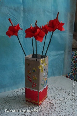 Вот такие красивые фантазийные цветы может сделать любой начинающий. Цветок простой до безумия и собирается за 3 мин из квадратного листочка бумаги. А в результате такие фантазийные цветы можно использовать для украшения интерьера, а можно преподнести букетик в подарок. фото 10