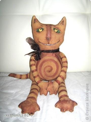 Кот в подарок для любимых друзей. Сшит из бязи, тонирован, проволочный каркас, акриловые краски. Сделала только одну фотографию - сдох фотоаппарат)