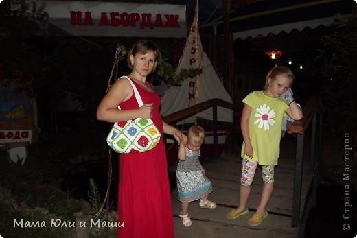 Вот такой получился у меня веселенький вариант сумки из мусорных пакетов, предложенный Еленой Остапенко http://stranamasterov.ru/user/9321 .