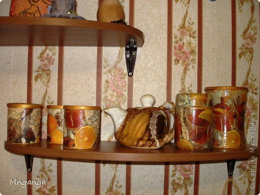 Вот такие полочки у меня появились на кухне, ну и конечно же сразу обставила всякими полезными и не очень штучками :) фото 2