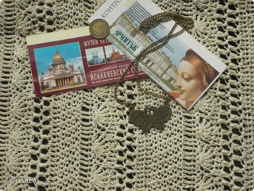 Здравствуйте, жители страны!  Ура! Участвую в презенте от Голубки. Говорят, что вязаные своими руками вещи обладают особым духом, могут оберегать хозяина и исполнять желания, если очень сильно захотеть...  Прошлым летом сбылась моя давняя мечта: я побывала в великолепной Северной Венеции, замечательном городе Санкт-Петербург. Именно там, на берегах Невы, начался мой роман с этим городом, и появилась вторая мечта - побывать там еще раз, вдохнуть соленый воздух Финского залива, пройти анфиладами Эрмитажа, полюбоваться на Петергоф... С этими мыслями я и творила крючком юбку, и очень хочу прогуляться в ней по Меньшикову дворцу).  Я очень надеюсь на исполнение своей мечты. По мотиву путешествий пусть эта фотография поучаствует в конкурсе самой интересной. фото 1