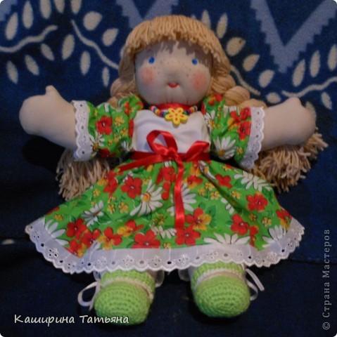 Не судите строго. Это моя первая кукла. Знаю, что недостатков и ошибок много (ручки неправильно вшиты, на шее складки, с волосами проблемы), в следующей работе постараюсь исправить. Здесь моя Маруся сидит. фото 1