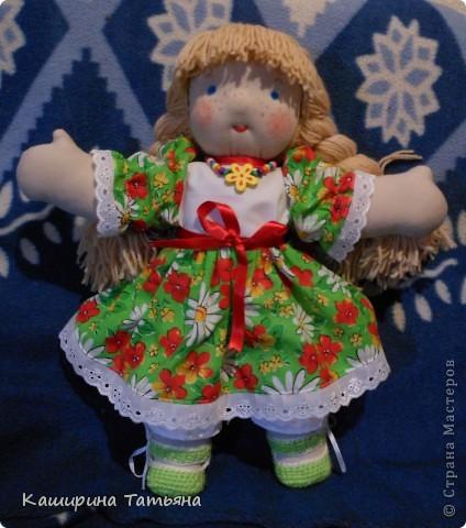 Не судите строго. Это моя первая кукла. Знаю, что недостатков и ошибок много (ручки неправильно вшиты, на шее складки, с волосами проблемы), в следующей работе постараюсь исправить. Здесь моя Маруся сидит. фото 2