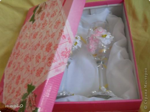 Насмотрелась я ...и решила попробовать...,правда времени нет ,опять налепила готовые цветочки и пришила бусинки-вот и вся техника...,коробка из под обуви,налепила салфетку и получилась упаковка для фужер...,надо же пополнять свою торговую точку... фото 7