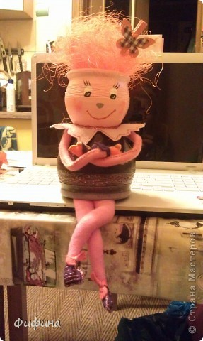 Берем два глинянных цветочных горшка разных размеров, акриловые краски, проволоку, клеевой пистолет, фетр и создаем куклу своего или чъего-либо настроения! фото 2