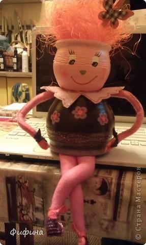 Берем два глинянных цветочных горшка разных размеров, акриловые краски, проволоку, клеевой пистолет, фетр и создаем куклу своего или чъего-либо настроения! фото 3