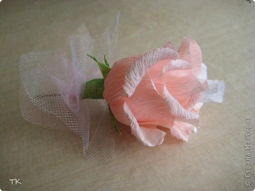 """Вот такое сладкое сердечко я сделала молодожёнам в подарок. В розочках спрятаны конфеты """"Раффаэлло"""", в бутонах- фундук в шоколаде.  Для оформления использовала розовый и белый фатин, бусины, золотую сетку и лебедей. Подарок понравился!    фото 2"""