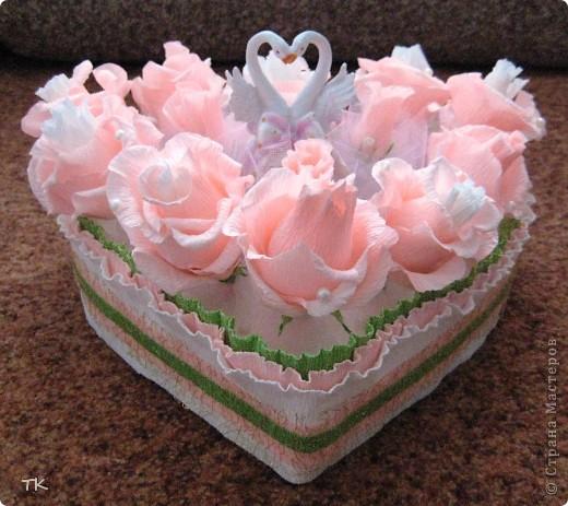 """Вот такое сладкое сердечко я сделала молодожёнам в подарок. В розочках спрятаны конфеты """"Раффаэлло"""", в бутонах- фундук в шоколаде.  Для оформления использовала розовый и белый фатин, бусины, золотую сетку и лебедей. Подарок понравился!    фото 1"""