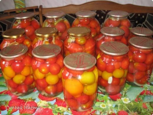 """Наступило лето и у нас на даче поспели помидорки. Мама  садила много разных сортов и вот теперь мы их будем прятать в """"норку"""" на зиму.Рецепт, по котороиу мы закрываем помидорки несложный, а помидоры получаются очень вкусные и нежные. Итак: Помидоры моем, готовим чистые баночки и кладём на дно баночки - чеснок, лавровый лист, душистый перец, укроп, петрушку, сладкий перец режем кольцами.Укладываем помидоры и заливаем кипятком. Даём постоять 15- 20 мин. Затем сливаем воду в эмалированную кастрюлю , добавляем соль, сахар, уксус. на 3л банку - 1 ст. л соли, 1ст.л сахара, 70 г уксуса. Расссол закипятить и залить в банки. Закатать и укутать одеялком . Всё! А зимой - наслаждайтесь! фото 4"""