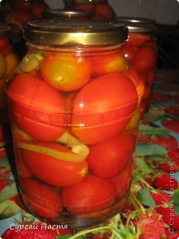"""Наступило лето и у нас на даче поспели помидорки. Мама  садила много разных сортов и вот теперь мы их будем прятать в """"норку"""" на зиму.Рецепт, по котороиу мы закрываем помидорки несложный, а помидоры получаются очень вкусные и нежные. Итак: Помидоры моем, готовим чистые баночки и кладём на дно баночки - чеснок, лавровый лист, душистый перец, укроп, петрушку, сладкий перец режем кольцами.Укладываем помидоры и заливаем кипятком. Даём постоять 15- 20 мин. Затем сливаем воду в эмалированную кастрюлю , добавляем соль, сахар, уксус. на 3л банку - 1 ст. л соли, 1ст.л сахара, 70 г уксуса. Расссол закипятить и залить в банки. Закатать и укутать одеялком . Всё! А зимой - наслаждайтесь! фото 3"""