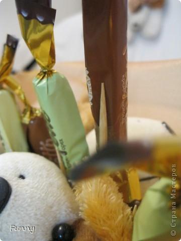Вот такой букетик из игрушек и конфет я подарила подруге, по моему вышло очень мило) Букет получился большим и немного тяжелым, но это по моему его ничуть не портит. Такой букет мне кажется понравиться детям (кстати мой букет почему то очень пах сахарной пудрой))))))))))))))) фото 9